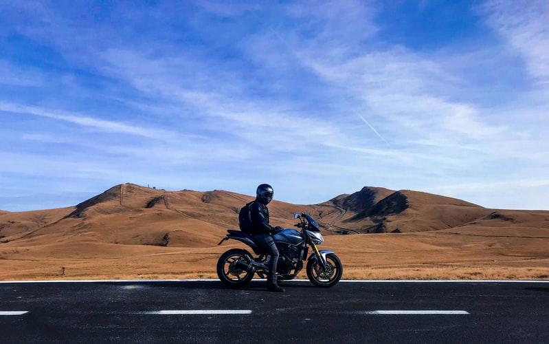 moto dans les steppes des Etats Unis